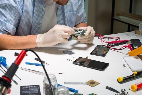 un tecnico che ripara un cellulare