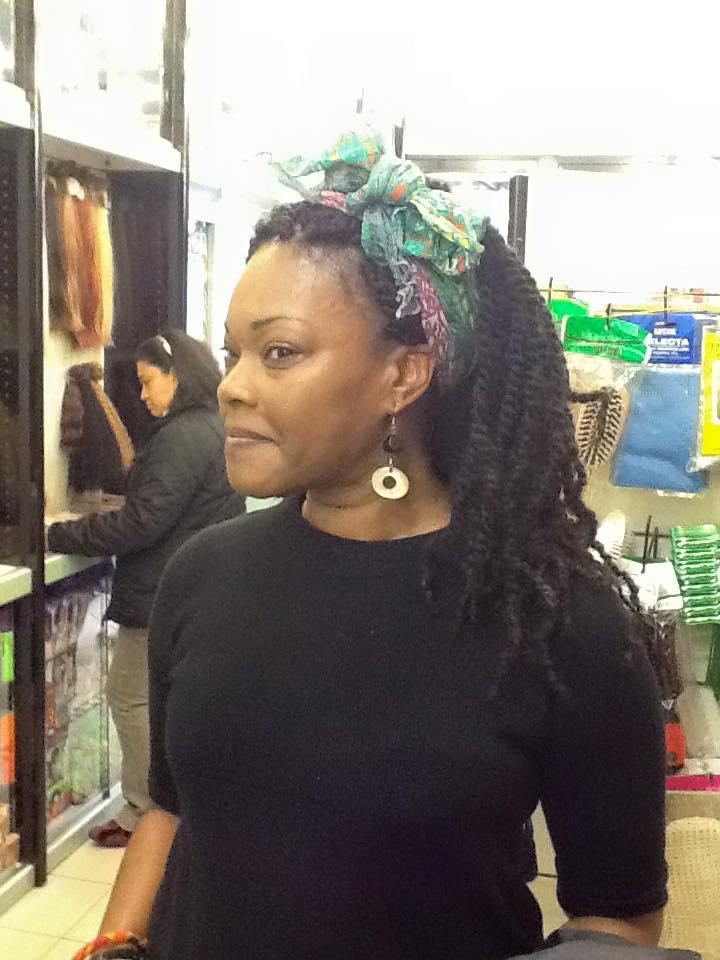 donna di colore con fascia ai capelli