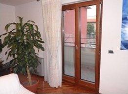 immagine angolare di una finestra in legno