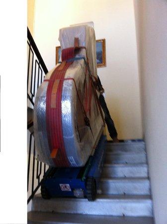 trasporto di un pianoforte su scale