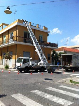 Camion con scala da pompiere di fronte a condominio