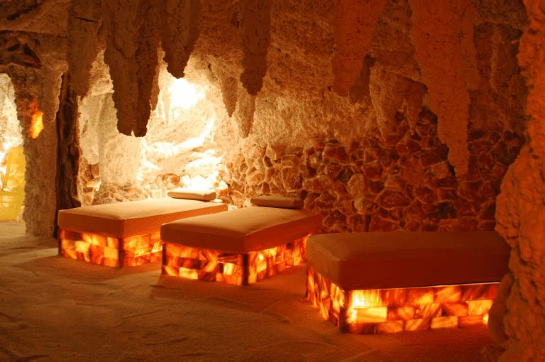 Grotta di sale con lettini in mattoni
