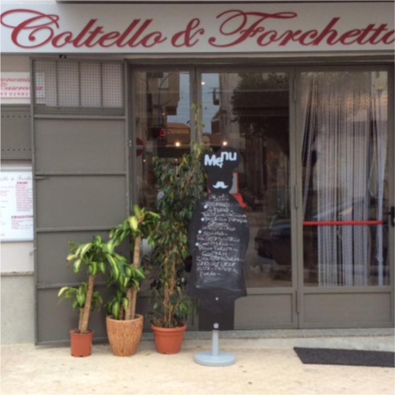vista da fuori della gastronomia Coltello e Forchetta