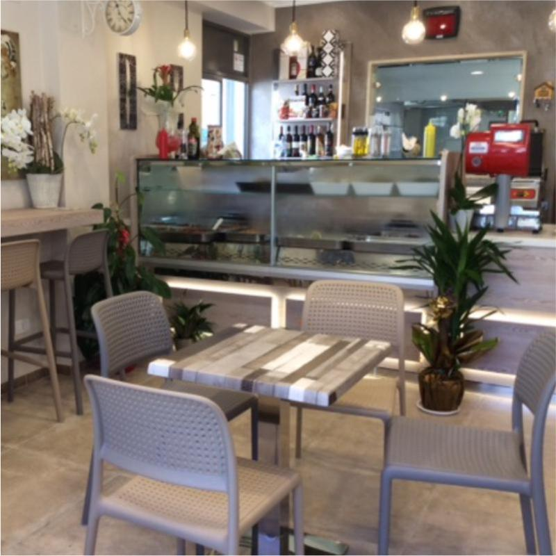 un tavolo all'interno della gastronomia