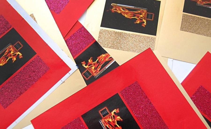 Glitter applicatoApplicazione glitter rosso e oro su carta plastica