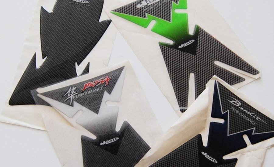 ETICHETTE RESINATEEtichette pvc bianco stampa multicolore serigrafica intagliate a plotter e resinate