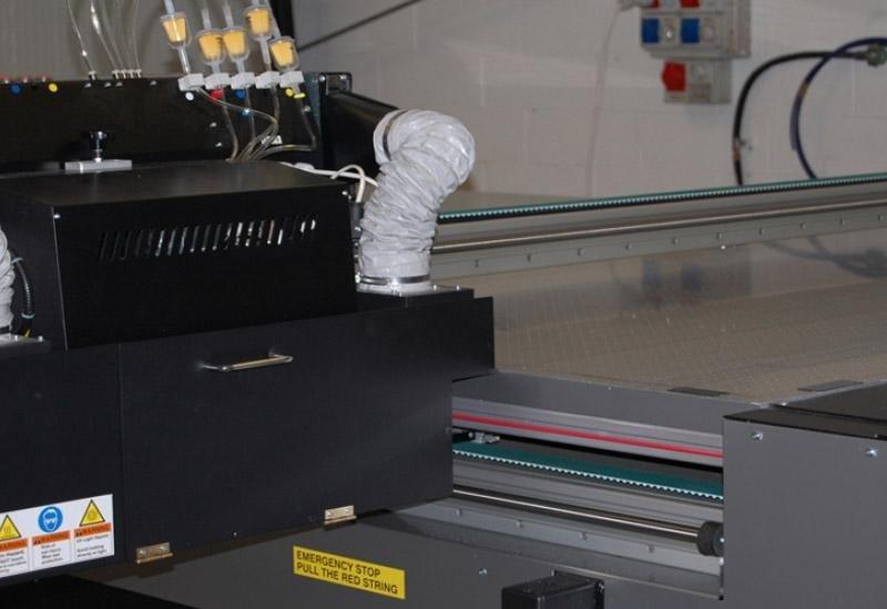 Particolare teste di stampa macchina digitale flat bed