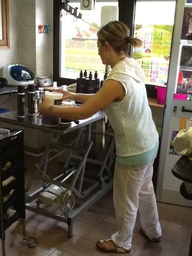 una ragazza che sta sistemando dei prodotti