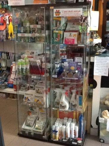 due vetrinette con dei prodotti per animali