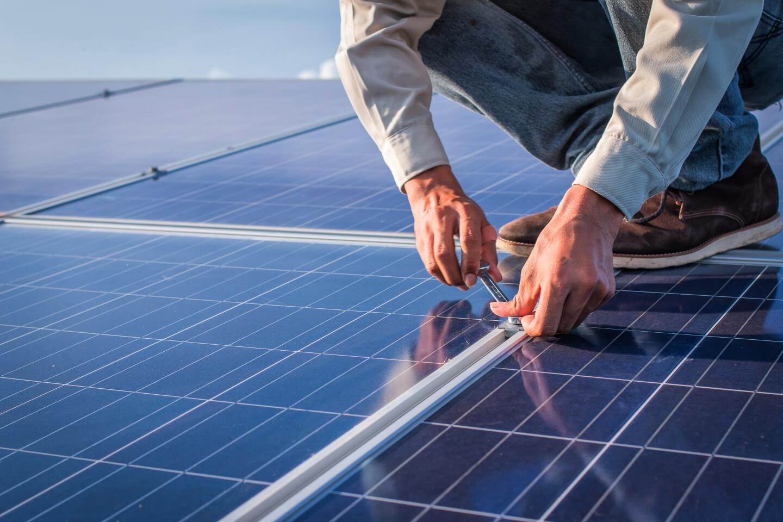 tecnico installa pannelli solari