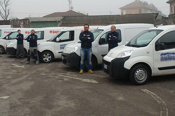degli uomini del personale TECNOTHERM davanti a dei furgoni