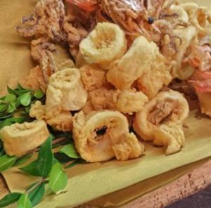 Gustosi calamari ricoperti che portano il sapore del mare alla tavola