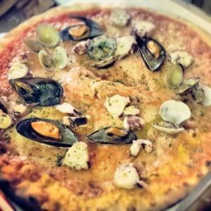 Pizza di frutti di mare con vongole,mitili,i polpi...
