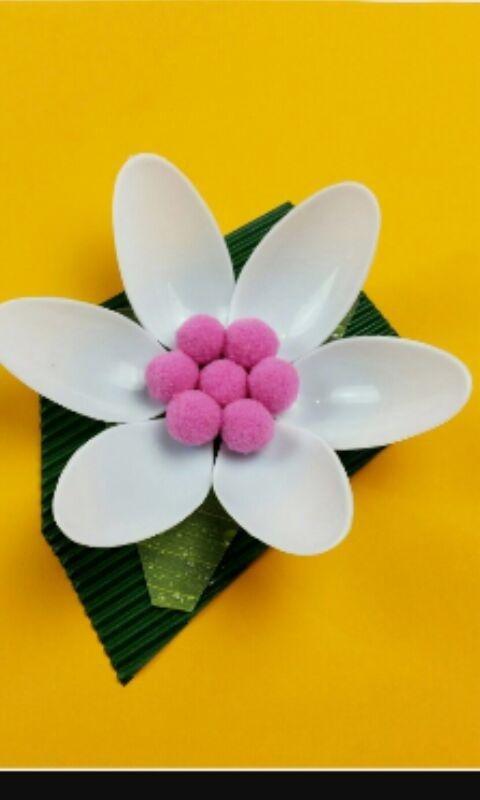 fiore realizzato con materiali di riciclo
