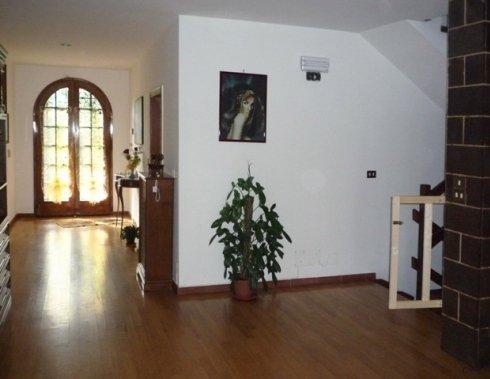 ampio salotto con porta finestra ad arco