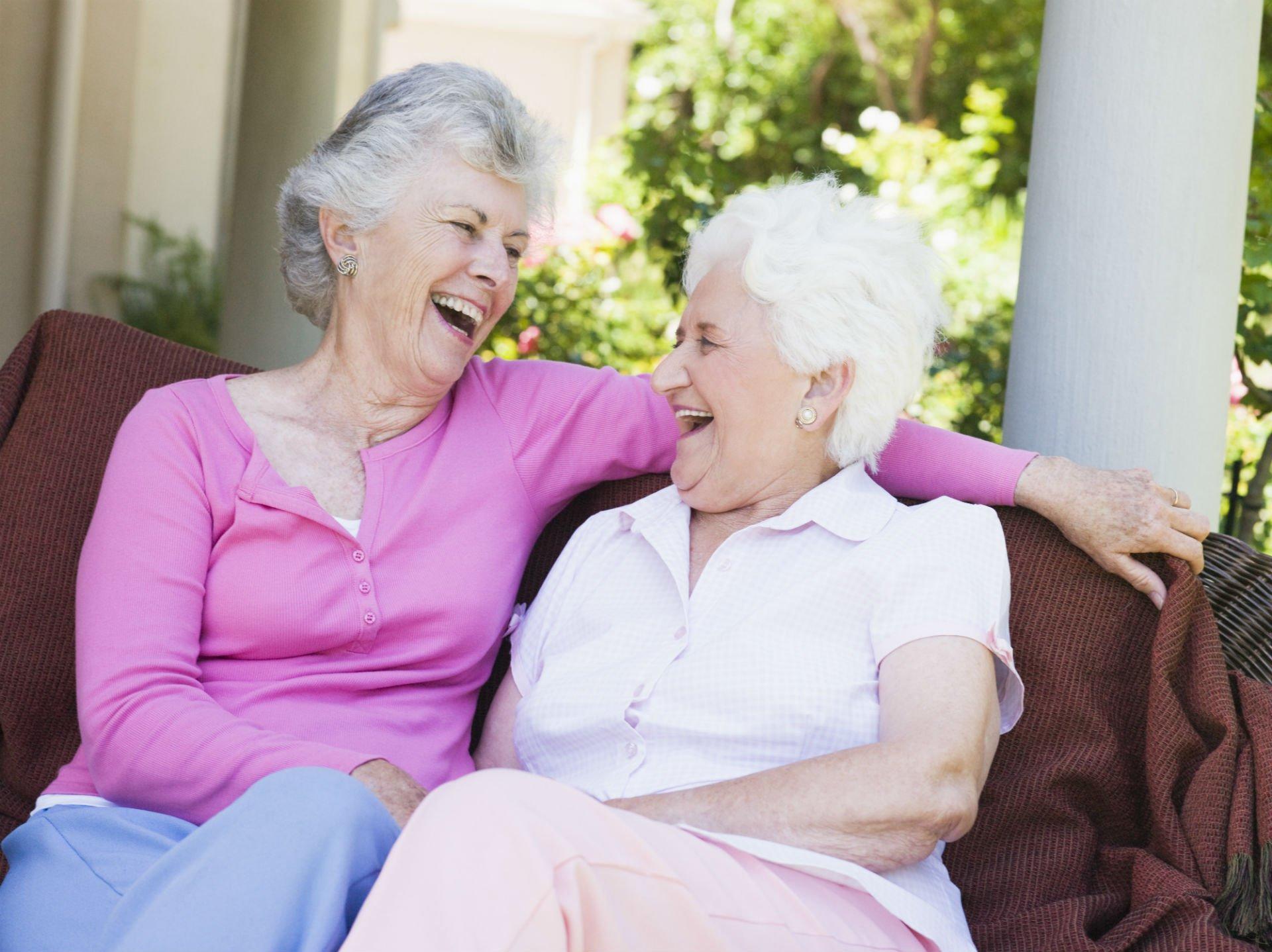 due anziane signore che ridono