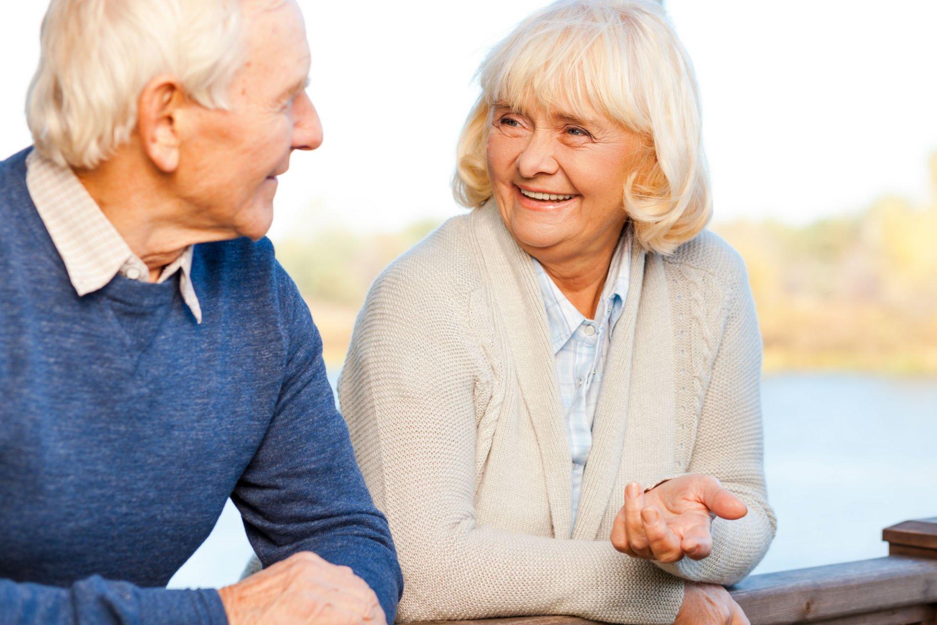 due anziani che parlano tra loro