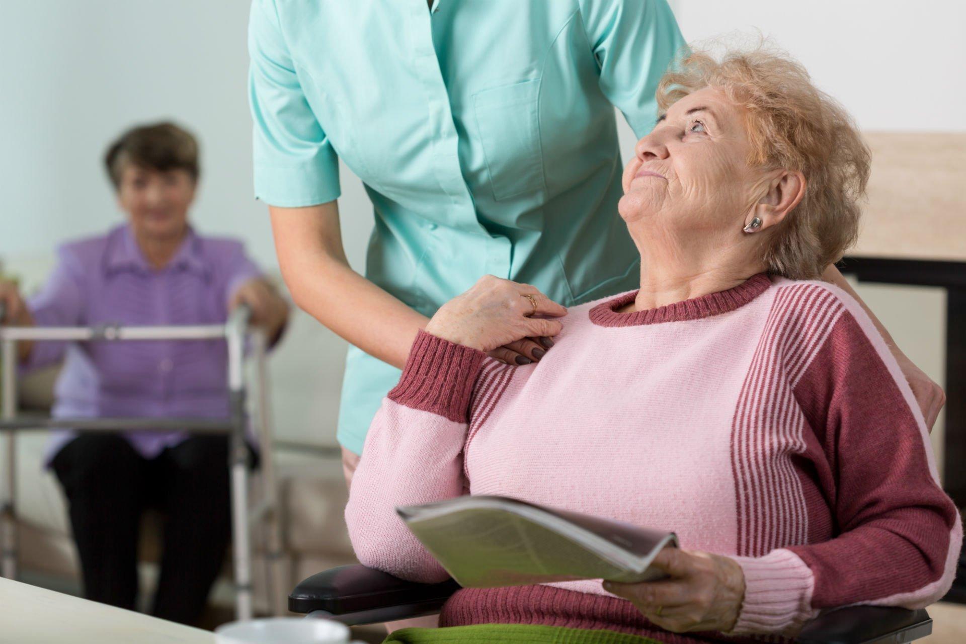 un infermiera che parla con anziana signora