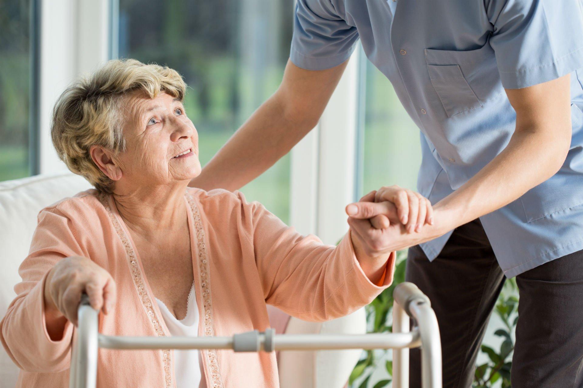 infermiera che aiuta un'anziana signora