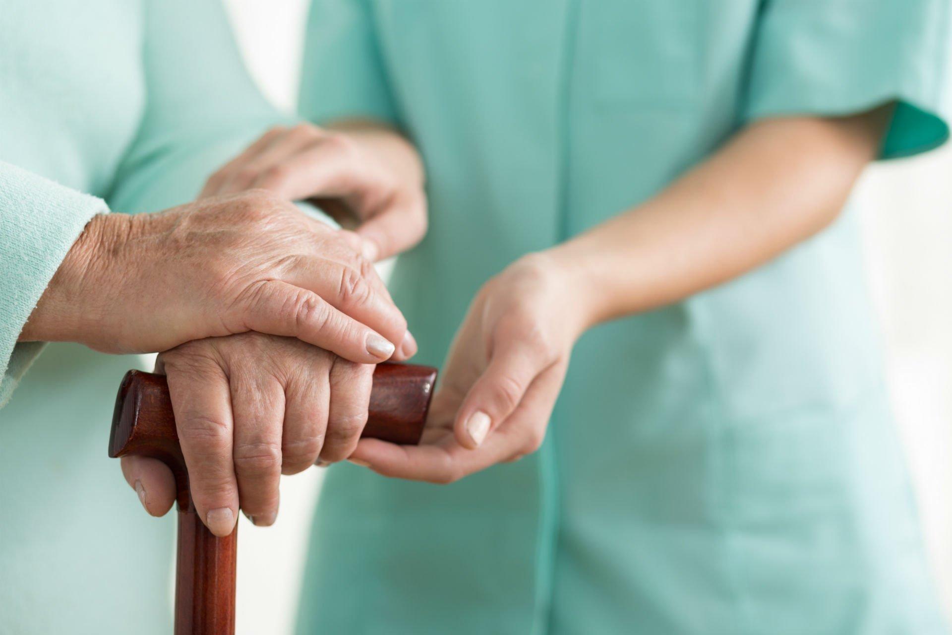 un'infermiera che sostiene un anziano signore