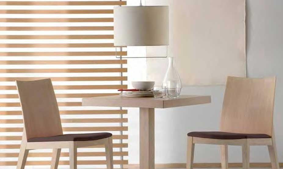 tavolo e sedie in legno su misura per bar