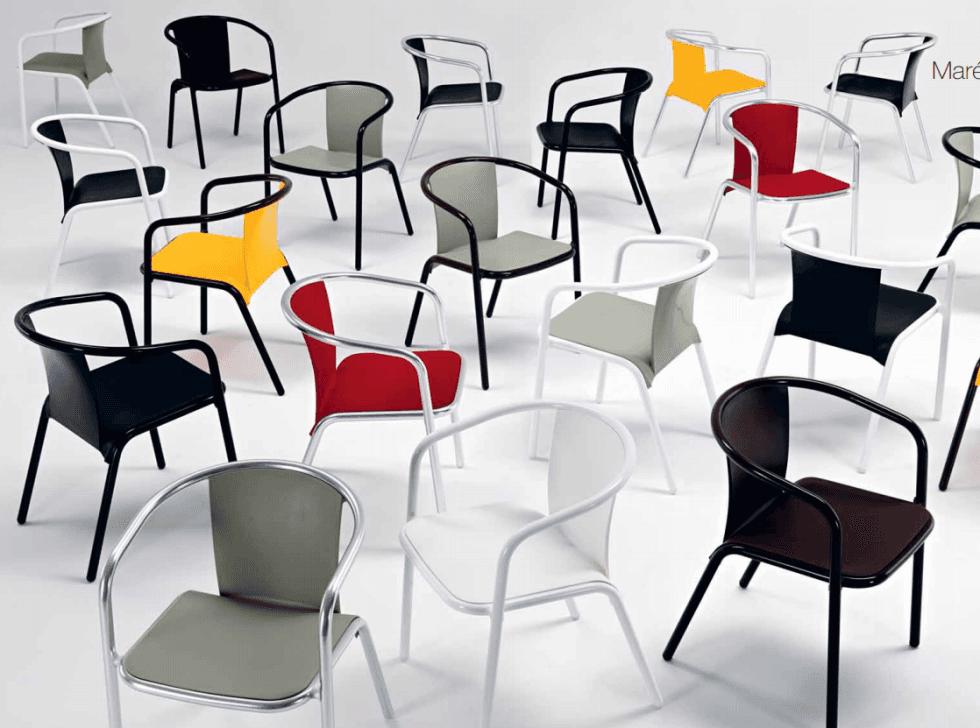 sedie di diverso colore per locali e ristoranti