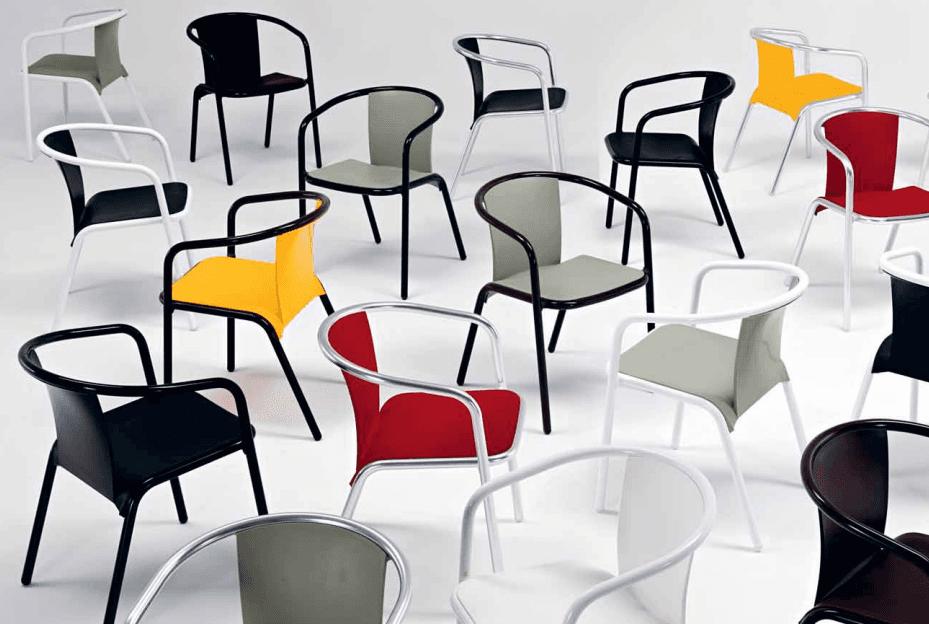 sedie di diversi colori