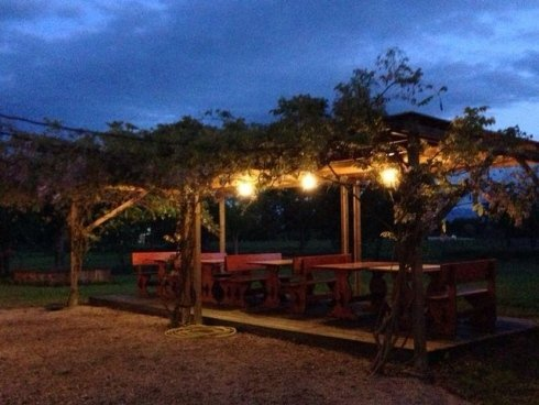 zona cena con gazebo illuminato