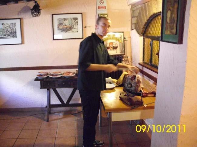 Cuoco prepara il cibo al Ristorante La Boscaglia a Roma