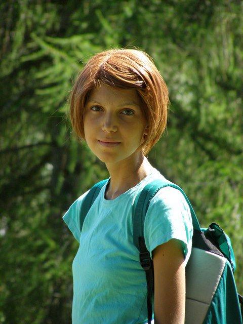 una ragazza con capelli corti arancioni