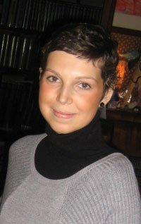 una ragazza con capelli neri corti