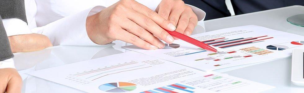 Uomo consultando tabelle e grafici
