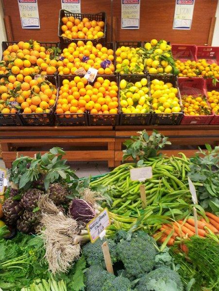 casse di verdura e limoni