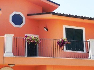 ringhiera  di una casa arancione