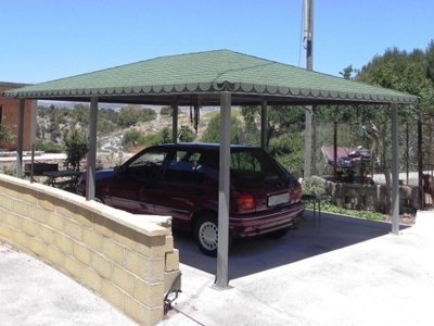 macchina parcheggiata sotto un gazebo