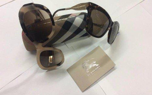 Due modelli di occhiali da sole con montature de marchio