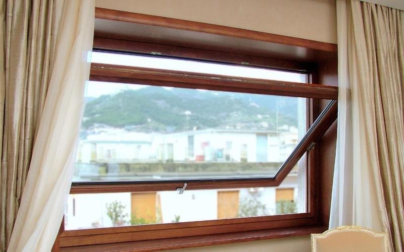 Finestra con bilico avvolgibile in legno