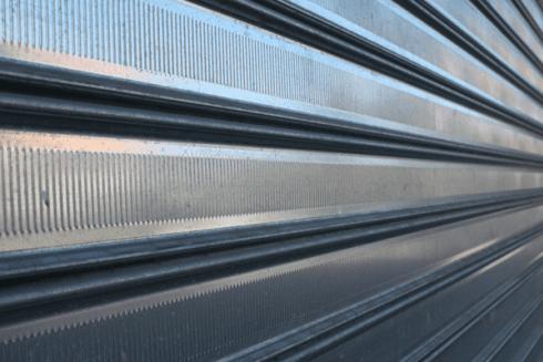 La ditta è specializzata nella realizzazione di serrande metalliche per negozi e punti vendita.