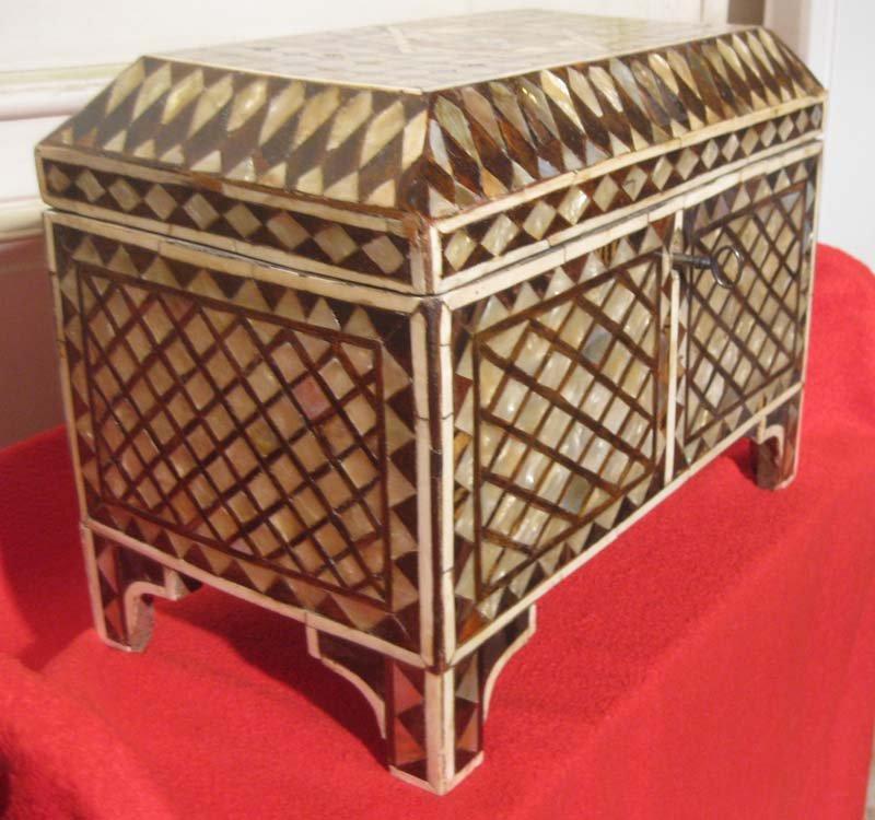 galerie-bosetti-antiquites coffre ottoman profil