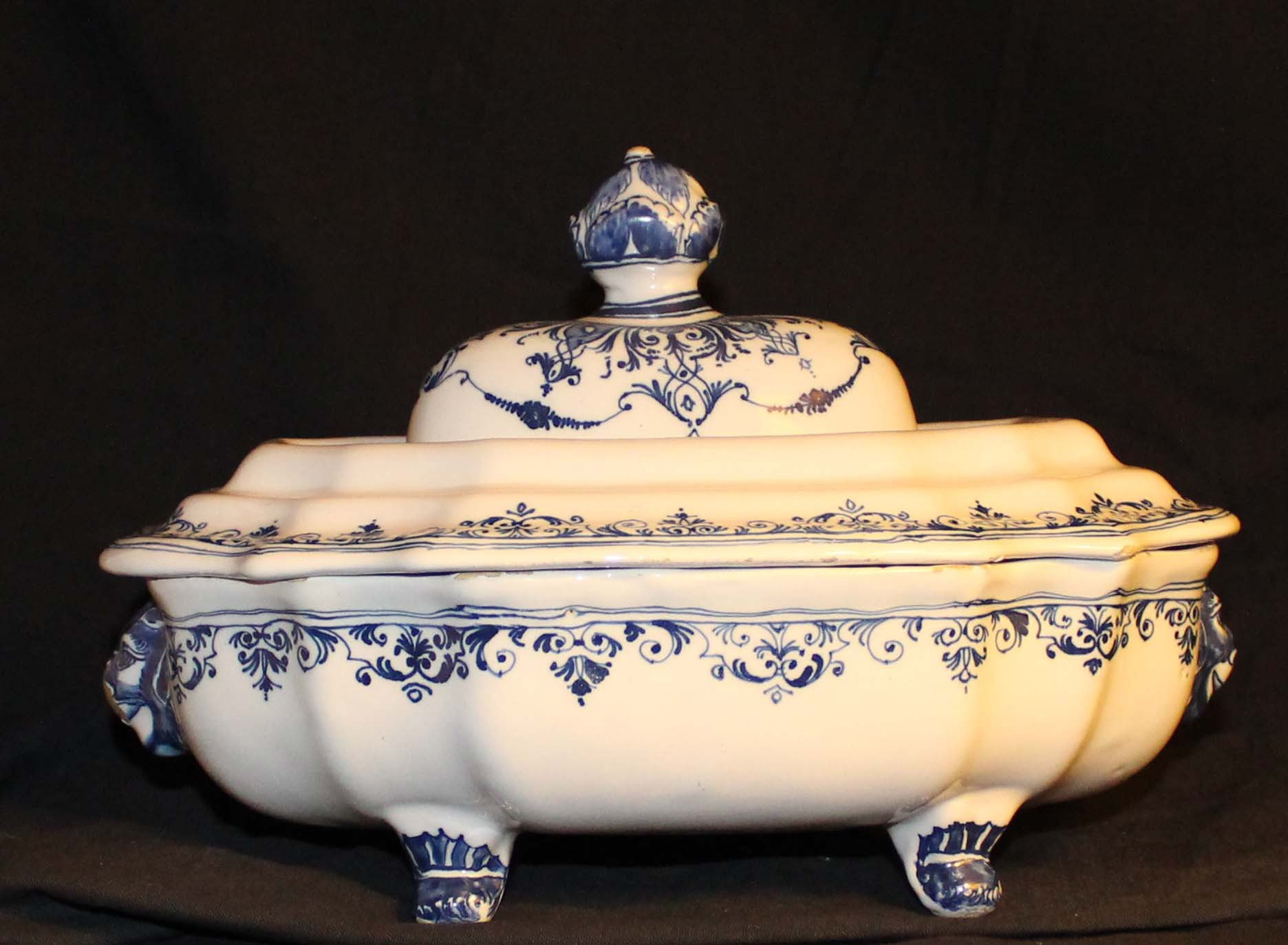 galerie-bosetti-antiquites Moustiers 18ème légumier camaïeu bleu vue pieds et fretel du couvercle