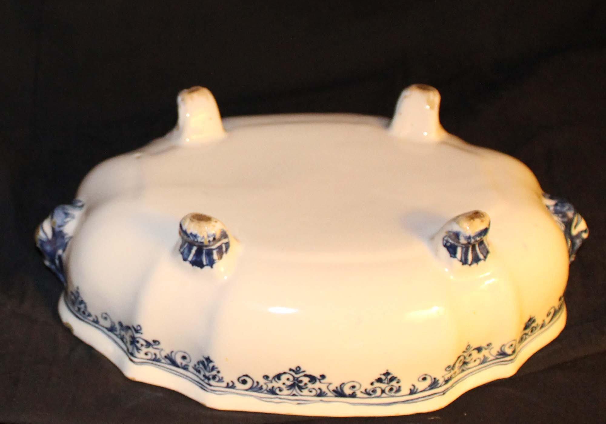 galerie-bosetti-antiquites Moustiers 18ème légumier camaïeu bleu, dessous