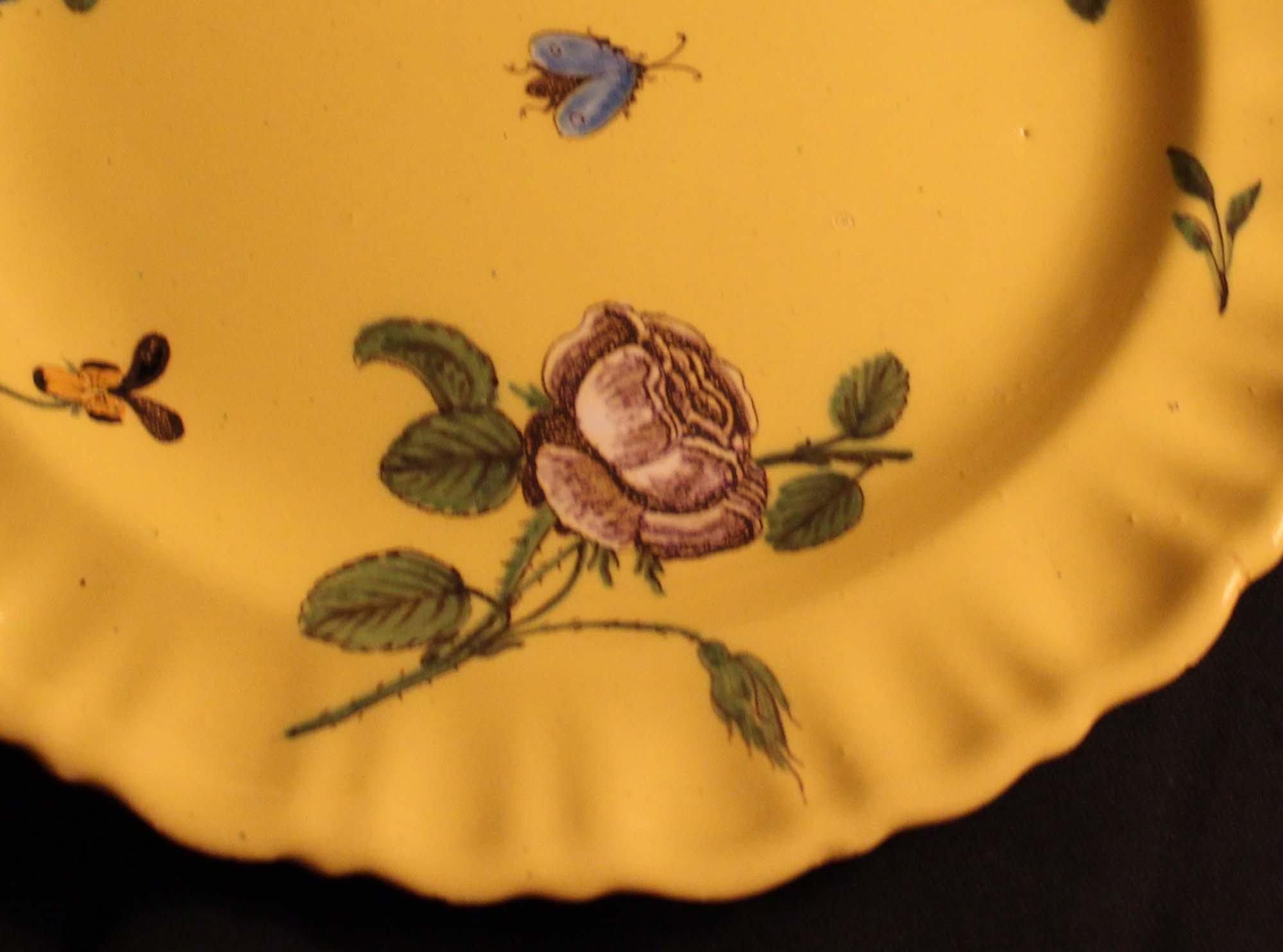 galerie Bosetti antiquités moustiers 18ème décor jaune floral aile godronnée