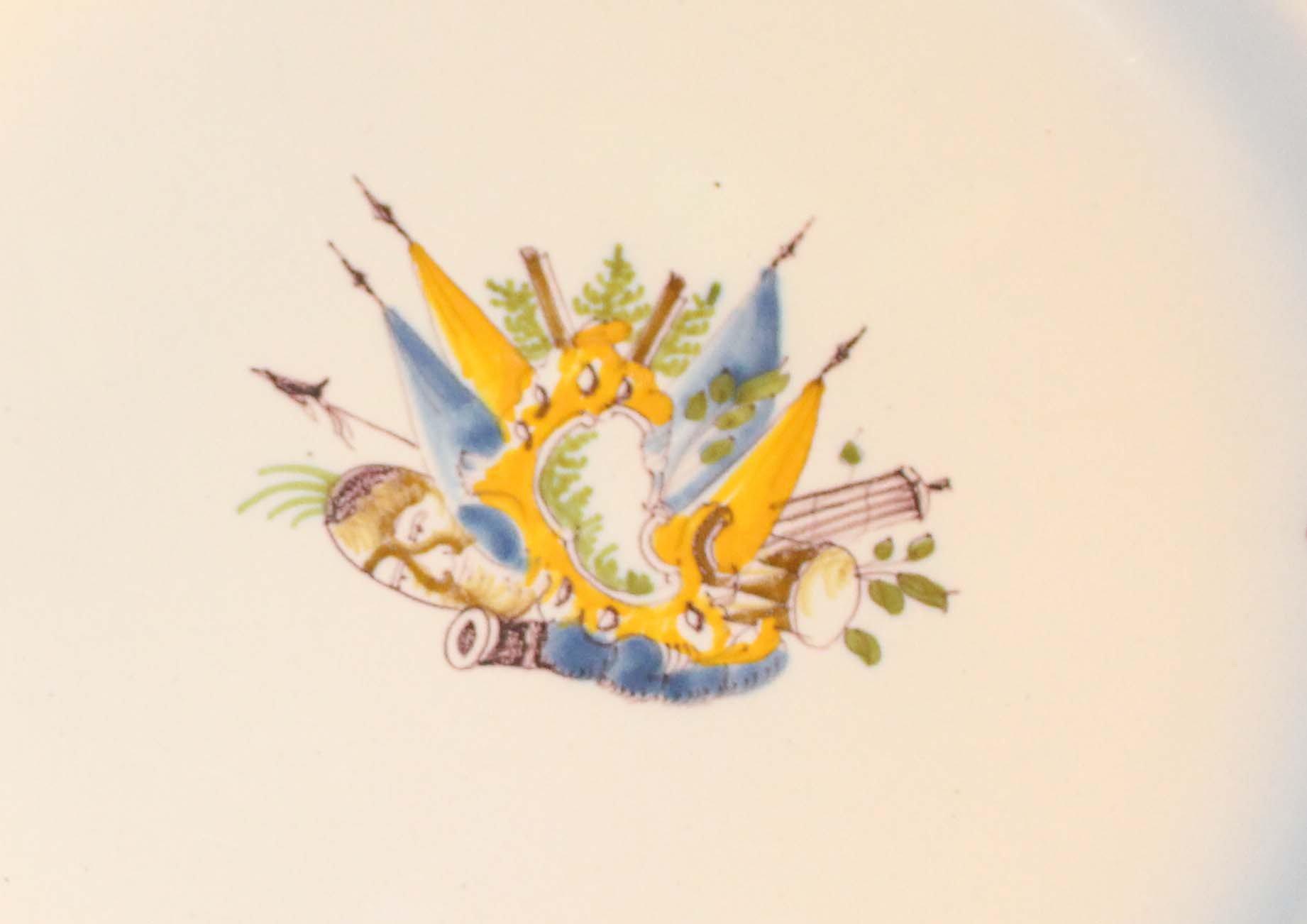 galerie-bosetti-antiquites Moustiers 18ème déor aux drapeaux attributs