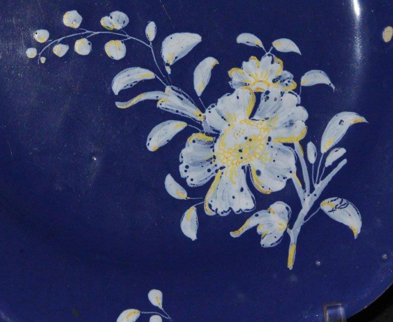 galerie-bosetti-antiquites assiette décor blanc fixe, fleur décentrée