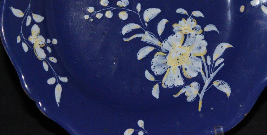 galerie-bosetti-antiquites assiette décor blanc fixe, feur sur l'aile