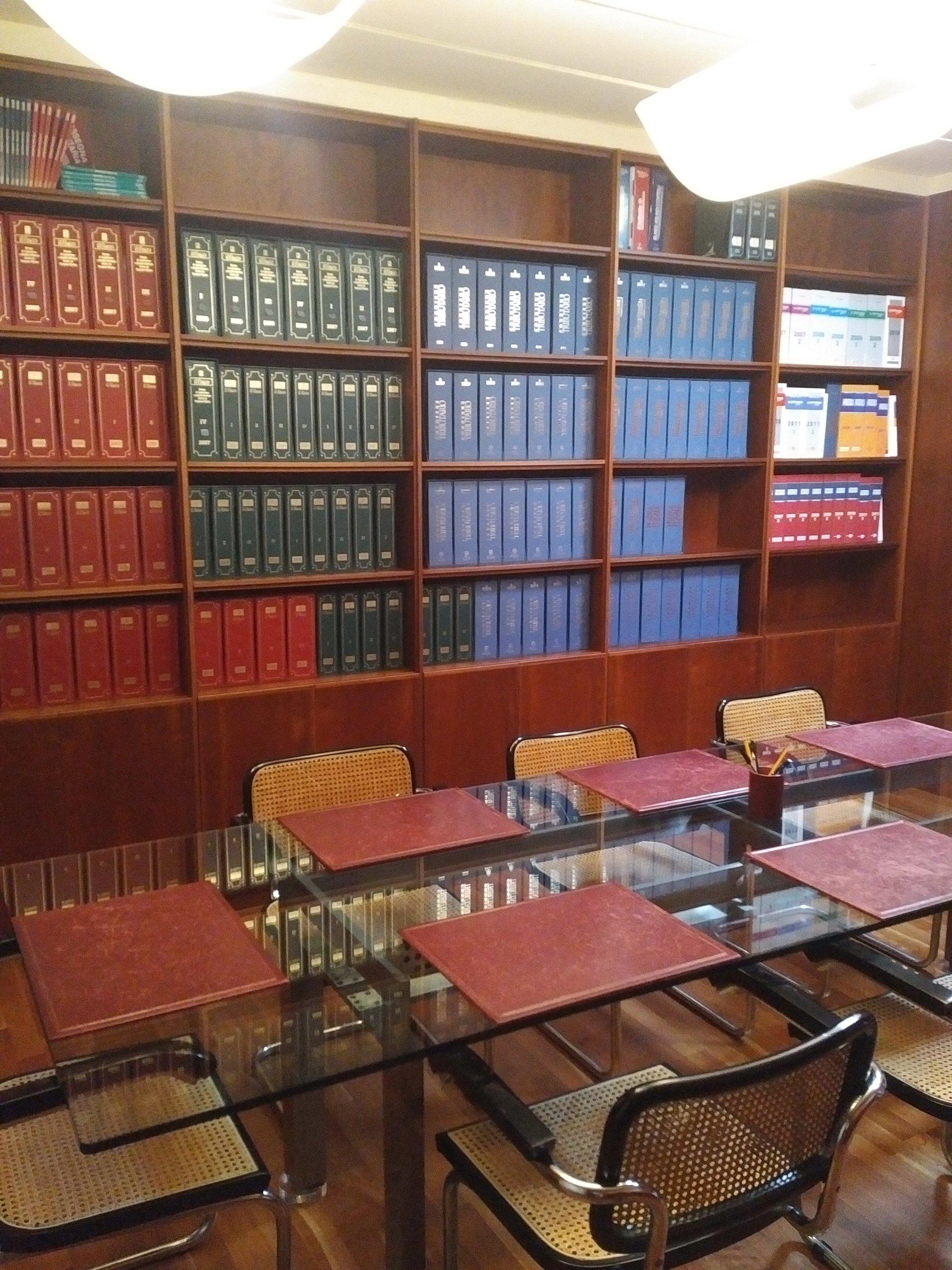 libreria con volumi legali