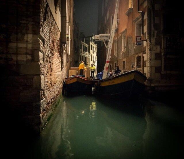 carrello elevatore su una barca in un canale