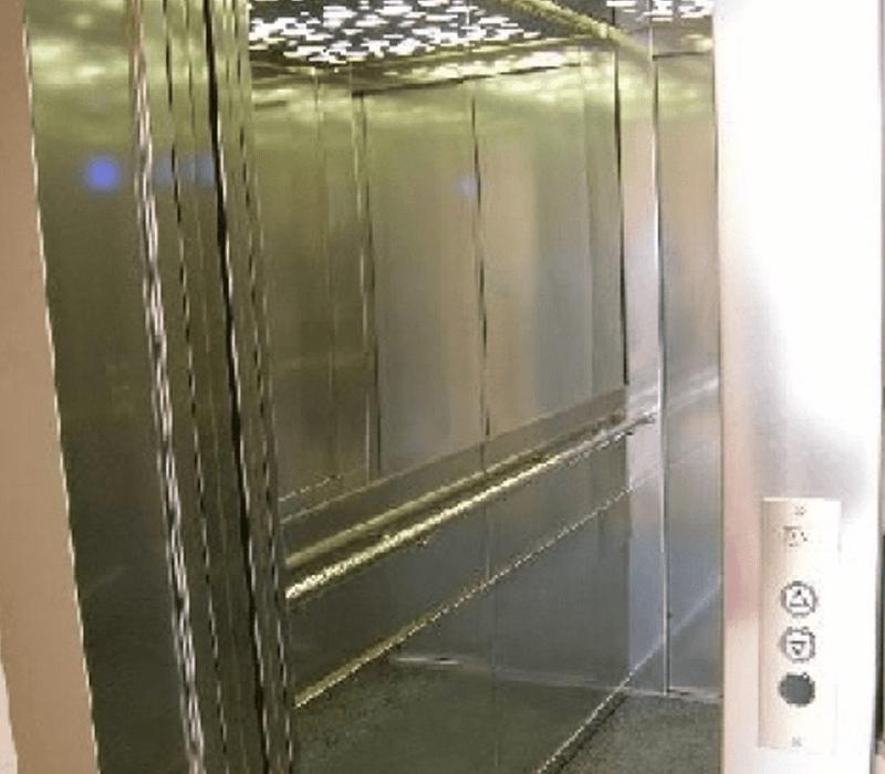 Visuale interna ascensore in acciaio
