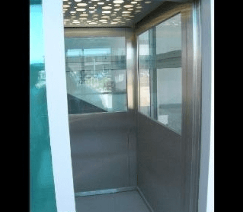 Vista frontale interno ascensore in acciaio e vetro