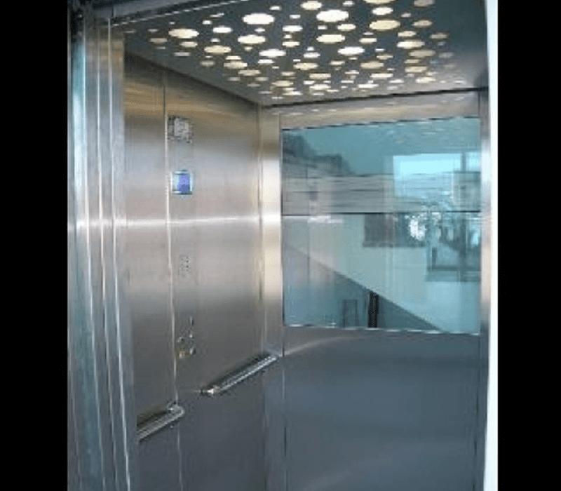 Visuale interna ascensore in acciaio e vetro